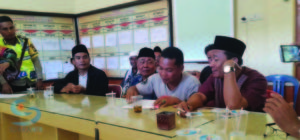 MEDIASI- Proses mediasi antara kedua warga desa yang berlangsung di Mapolres Lombok Tengah. (suarantb/szr)