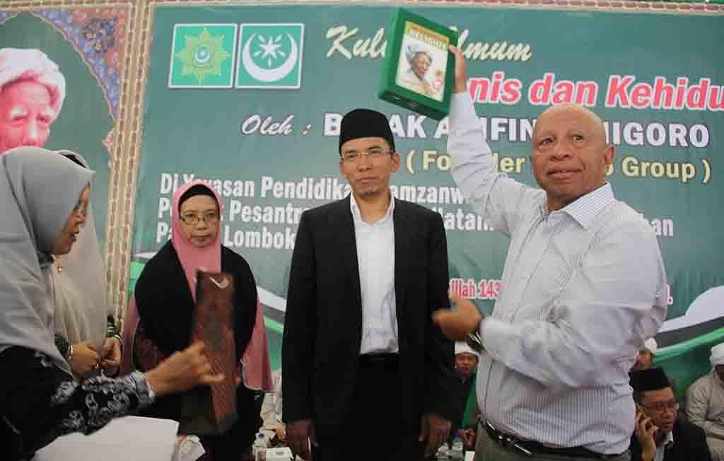 Arifin Panigoro usai menerima cinderamata berupa buku tentang pendiri NW, Almaghfurullah Maulana Syaikh, TGH. M. Zainuddin Abdul Madjid dari TGB.