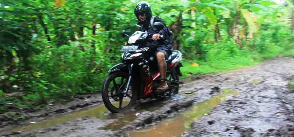 Akses jalan belum memadai menuju air terjun.