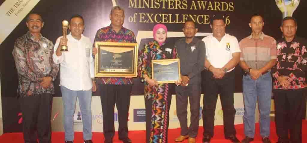 Bupati Dompu, Drs H Bambang M Yasin foto bersama dengan unsur forum koordinasi pimpinan daerah (FKPD) usai terima penghargaan Best Innovative Figures of The Year 2016 di The Trans Resort Bali, Jumat, 18 November 2016 malam.