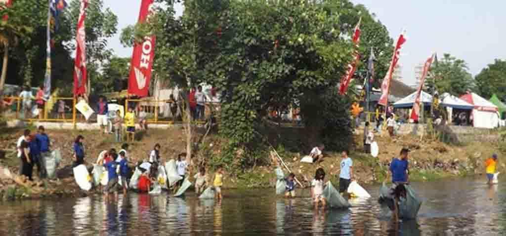 KEPEDULIAN – Anak – anak dilibatkan dalam aksi bersih di sungai guna menumbuhkan kepedulian mereka terhadap kelestarian sungai.