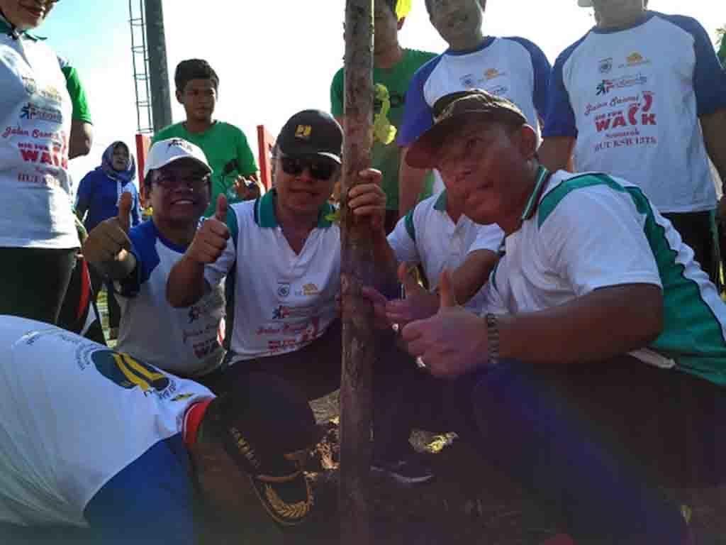 Dirjen Bina Marga Arie Setiadi Moerwanto bersama bupati KSB HW. Musyafirin melakukan penanaman pohon di lokasi RTH Tiang Enam