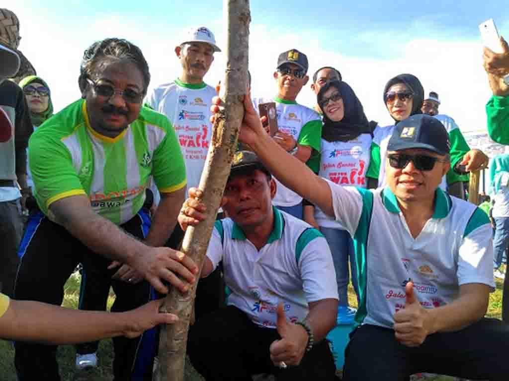 Dirjen Bina Marga Arie Setiadi Moerwanto bersama bupati KSB HW. Musyafirin dan mantan bupati KSB KH. Zulkifli Muhadli saat melakukan penanaman pohon