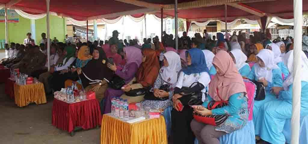 Peserta yang hadir pada acara Kampung KB di Desa Poto Tano.