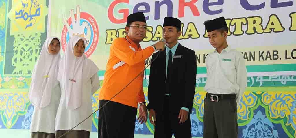 Perwakilan santri berdialog dengan salah satu tim sosialisasi dari Perwakilan BKKBN Provinsi NTB.