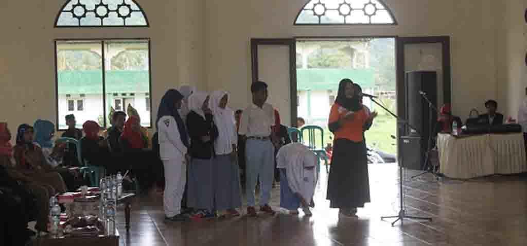 Peserta yang sebagian besar siswa bertanya pada narasumber.