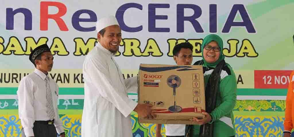 Wakil Ketua Komisi IX DPR RI Hj Ermalena MHS menyerahkan bingkisan kepada Pimpinan Ponpes Nurul Bayan.