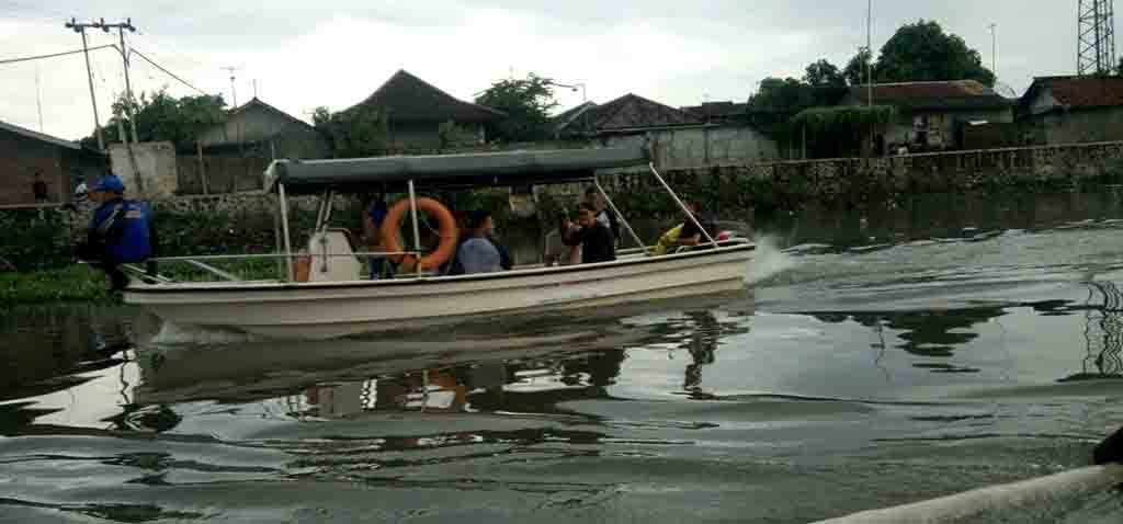 MELINTAS - Usai penetapan ketua, sejumlah anggota KPS melintas menggunakan perahu di wilayah Sungai Jangkuk.