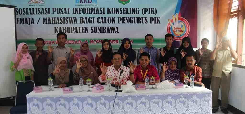 Foto bersama saat kegiatan sosialisasi PIK R bagi calon pengurus PIK Kabupaten Sumbawa.