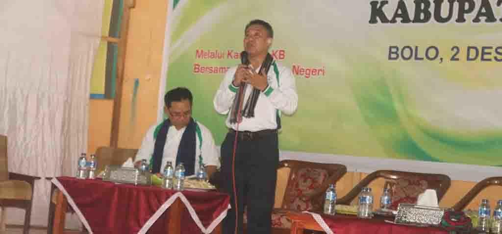 JAWAB - Kepala BKKBN Perwakilan NTB, Lalu Makripuddin saat menjawab pertanyaan peserta pada dialog interaktif tentang Kampung KB, di Aula Paruga Sila, Jumat (2/12).
