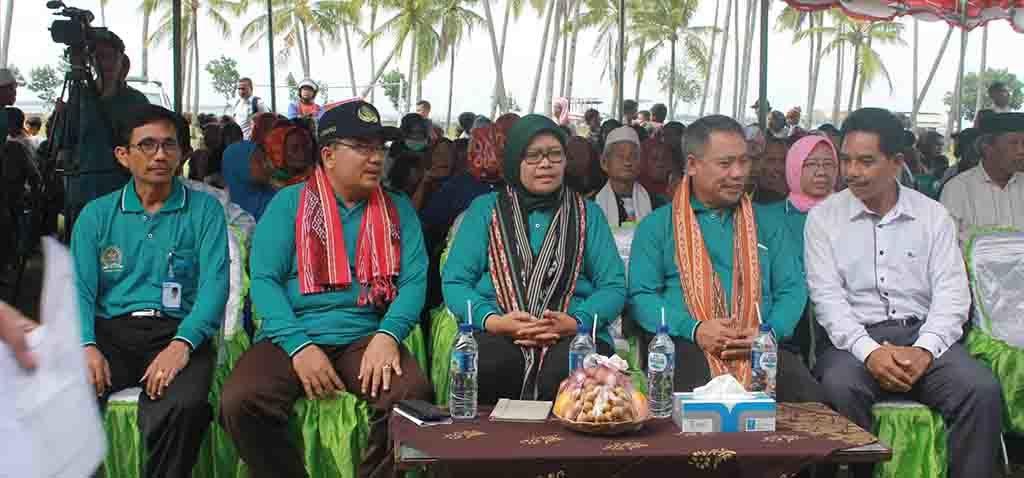 Para undangan bergabung dengan masyarakat Desa Teluk Kombal.