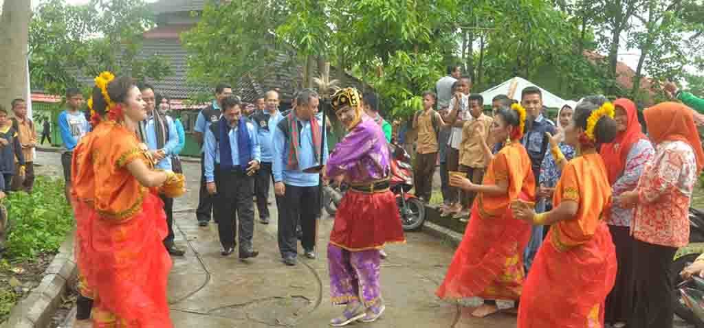 Foto disambut tarian tradisional