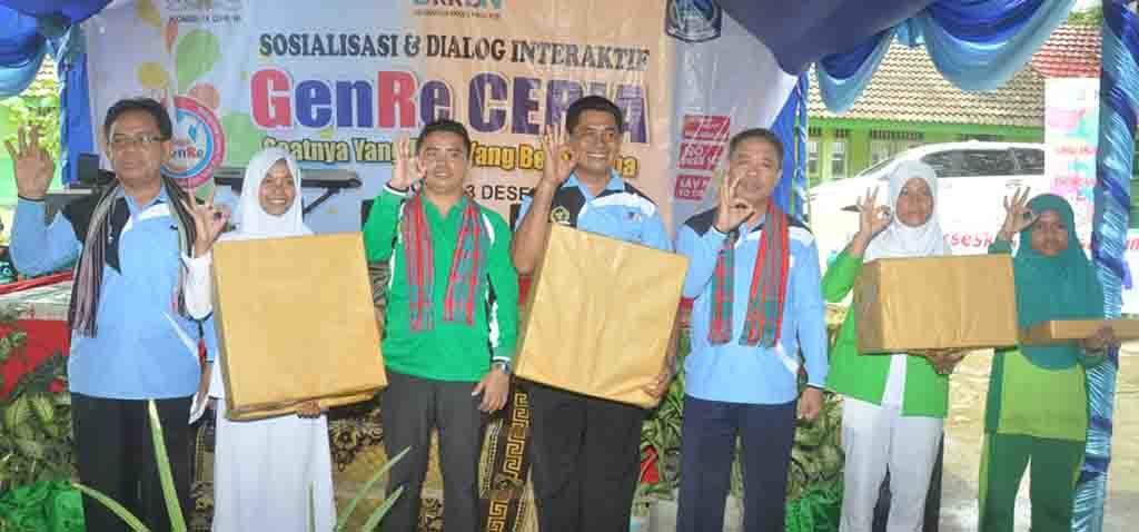 Foto foto bersama yg mewakili wakil ketua komisi IX DPR RI, kepala BKKBN NTB, moderator diskusi terbatas beserta perwakilan lembaga penerima bingk
