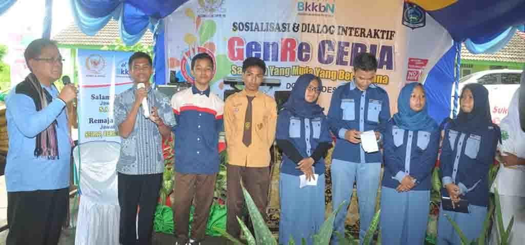 Foto h m jamaluddin mm saat bertanya kepada perwakilan peserta sosialisasi dan dialog terbatas GenRe Ceria
