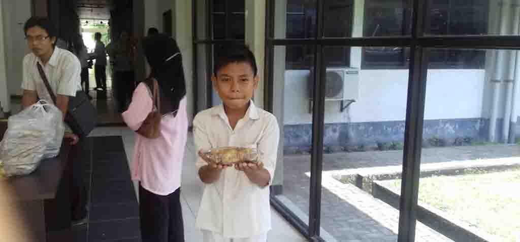 bocah penjual kue