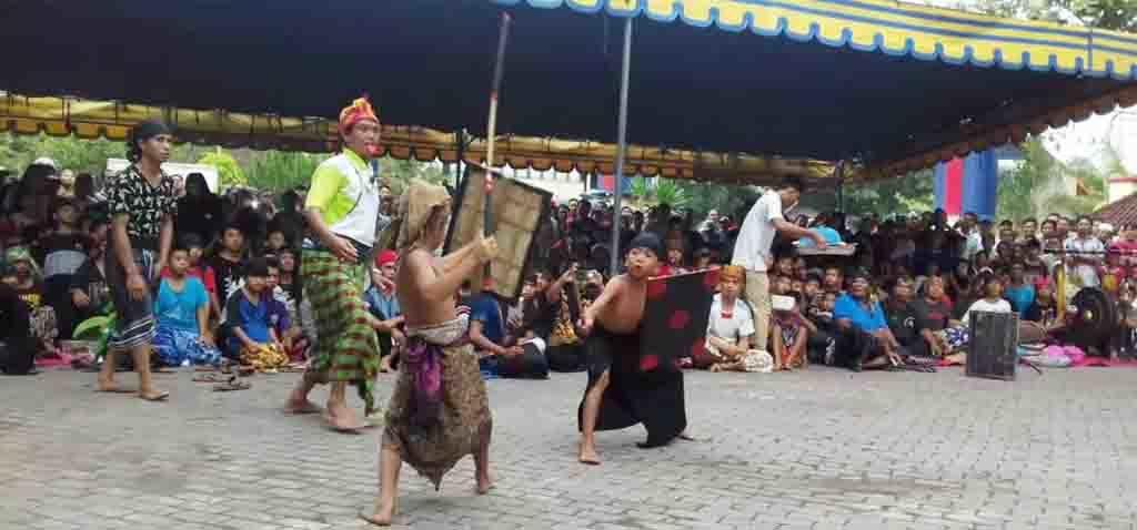 Pepadu-pepadu cilik unjuk kebolehan dalam tanding persahabatan presean yang digelar di Kota Mataram.