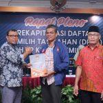 Ketua KPU Provinsi NTB, Suhardi Soud menyerahkan hasil rapat pleno DPTb kepada Ketua Bawaslu NTB, M. Khuwailid.(Suara NTB/Dok KPU NTB)