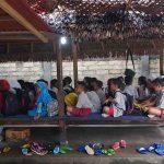 Murid SDN 7 Sokong, Kabupaten Lombok Utara terpaksa ujian di berugak milik warga. Pasalnya Ruang Kelas Belajar (RKB) tergenang.(Suara NTB/ist)