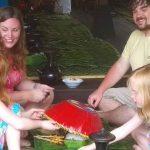 Keluarga salah satu wisatawan sedang menikmati makanan yang disajikan di acara Gili Menggibung, Sabtu, 23 Maret 2019. (Suara NTB/ari)