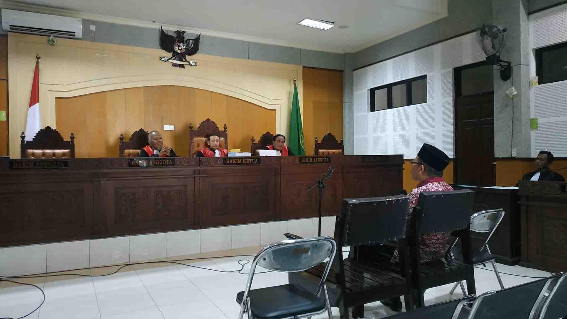 Terdakwa Syahmat mendengarkan tuntutan jaksa penuntut umum