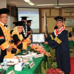 Penjabat Sekda NTB H. Iswandi dinobatkan sebagai Doktor Ilmu Pemerintahan ke-81 di Indonesia dan yang pertama di NTB di IPDN Jatinangor, Kamis, 29 Agustus 2019. (Suara NTB/Humas Setda NTB)