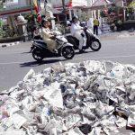 Petugas pasukan kuning membersihkan tumpukan sampah usai acara Mataram Sholawat di depan Pendopo di Jalan Pejanggik, Kota Mataram, Jumat, 23 Agustus 2019. (Suara NTB/cem)