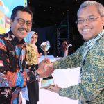 Direktur Utama PT. Dharma Lautan Utama, Erwin H. Poedjono menerima penghargaan dari Staf Ahli Menhub, Cris Kuntadi. (Suara NTB/ist)