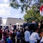 Warga Desa Lingsar Lombok Barat menggelar aksi di depan kantor Kejari Mataram, Rabu, 4 September 2019. Mereka menuntut penangguhan penahanan Kades Lingsar Sahyan yang menjadi tersangka korupsi dana CSR PDAM Giri Menang. (Suara NTB/why)