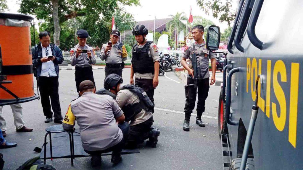 Tim Gegana Brimob Polda NTB saat mengamankan benda mencurigakan di dekat Pendopo Gubernur NTB usai dilakukan dislapter. (Suara NTB/ist)