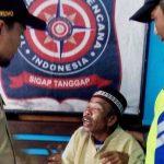 Amaq Lipi diamankan Disos Kota Mataram saat mengemis di Gomong Mataram, Selasa, 17 September 2019. (Suara NTB/viq)