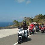 Para rider yang sebagian besar dari awak media berfoto, berlatar ADV150 dan indahnya alam Sekotong.