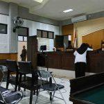 Terdakwa TM bersalaman dengan majelis hakim usai menyampaikan pledoi. (Suara NTB/why)