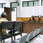 Ahli Inspektorat Lombok Tengah Sapto Sayogo (kiri) bersaksi dalam persidangan korupsi dana insentif marbot Kecamatan Praya Barat Daya, Lombok Tengah, Senin, 23 September 2019. Sementara terdakwa Kamarudin (paling kanan) berdiskusi dengan penasihat hukumnya. (Suara NTB/why)
