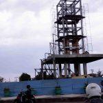 Pekerja sedang mengerjakan bagian monumen di Lingkar Selatan, Kamis, 12 September 2019. (Suara NTB/cem)
