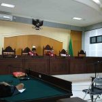 Terdakwa korupsi program jambanisasi Desa Bayan, Lombok Utara Raden Wirahadi (kanan) mendengarkan vonis majelis hakim Pengadilan Tipikor pada Pengadilan Negeri Mataram, Selasa, 17 September 2019 kemarin. (Suara NTB/why)