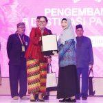 Wagub NTB, Hj. Sitti Rohmi Djalilah, menerima dokumen dari kementerian Pariwisata, usai memaparkan potensi pariwisata NTB di hadapan ratusan peserta Rakornas Pariwisata ke-III tahun 2019 Rabu, 11 September 2019 di Jakarta. (Suara NTB/ist)