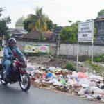 Tumpukan sampah di salah satu sudut Kelurahan Babakan, tepatnya di Jalan Candi Roro Jonggrang. Masyarakat kembali membuang sampah di TPS liar ini yang sebetulnya sudah ditutup. Munculnya tumpukan sampah ini diklaim karena minimnya peran satgas kebersihan untuk melakukan patroli. (Suara NTB/viq)