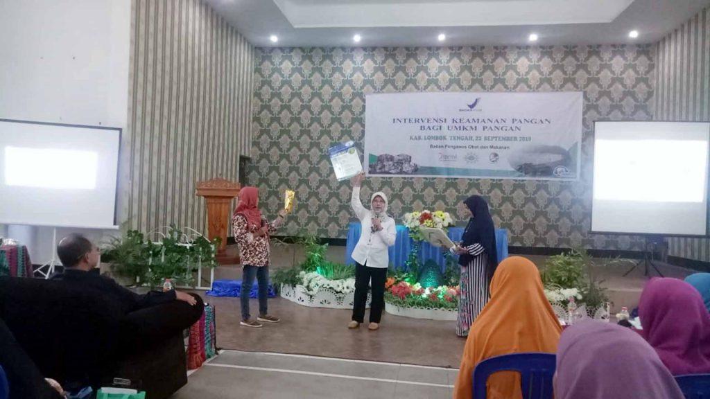 Direktur Pemberdayaan Masyarakat dan Pelaku Usaha BPOM RI, Dra. Dewi Prawita Sari, Apt., M.Kes berikan sosialisasi