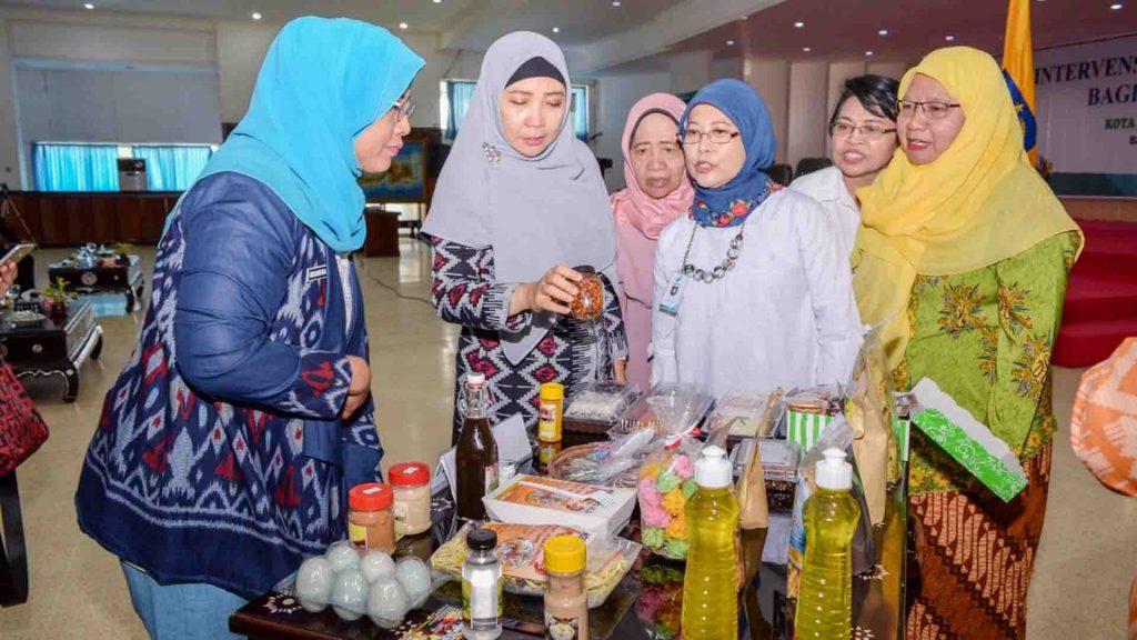 Wakil Gubernur NTB, Dr. Hj. Sitti Rohmi Djalilah, M.Pd saat menyaksikan pajangan produk olahan pangan.