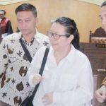 Terdakwa Liliana Hidayat (tengah), Direktur PT WBI ini didakwa menyuap mantan Kepala Kantor Imigrasi Kelas I TPI Mataram Kurniadie sebesar Rp1,2 miliar. (Suara NTB/why)