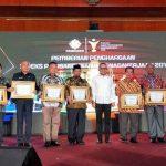NTB meraih penghargaan IPK terbaik nasional dari Menaker M. Hanif Dhakiri. Penghargaan diberikan kepada Gubernur NTB diwakili Kepala Dinas tenaga Kerja dan Transmigrasi NTB, M.Agus Patria. (Suara NTB/ist)