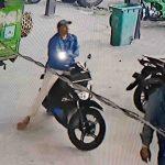 Tangkapan layar rekaman CCTV memperlihatkan tersangka Udin sedang duduk di motor sambil menunggu kawannya HR (kanan) membobol motor korban di kantor DLH Kota Mataram. (Suara NTB/ist)