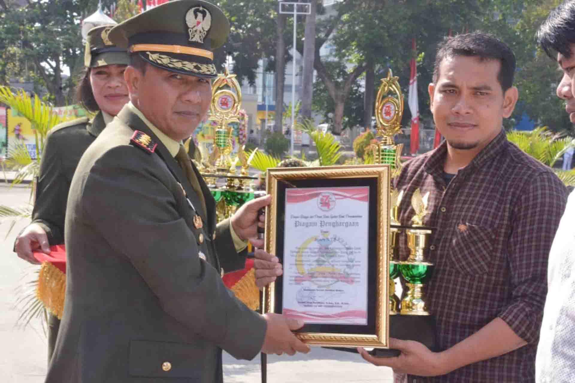 "Jurnalis Suara NTB, Haris Mahtul mewakili jajaran redaksi dan karyawan saat menerima penghargaan ""media terbaik"" dari Korem 162/WB, Sabtu (5/10) lalu. (Suara NTB/penrem)"