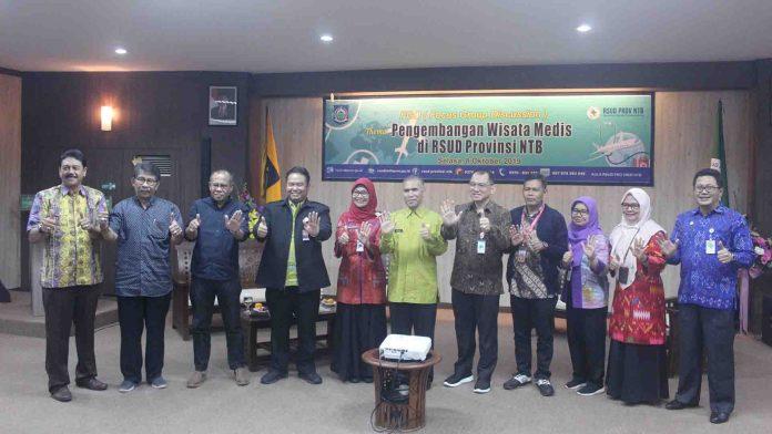 Foto bersama pembicara dan undangan dalam diskusi terbatas penyusunan konsep wisata medis di RSUD NTB, Selasa (10/8) (Suara NTB/bay)