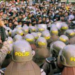 Polisi dan mahasiswa saat demonstrasi di gedung DPRD NTB, Senin, 30 September 2019. (Suara NTB/ars)