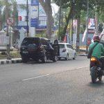 Salah satu pengendara mobil di Jalan Pejanggik Mataram memarkir kendaraannya di area larangan parkir, Rabu, 9 Oktober 2019. Penggembokan bagi parkir liar belum memberikan efek jera. (Suara NTB/viq)