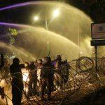 Aparat menembakkan water cannon, untuk menghalau mahasiswa di depan gedung DPRD NTB, Senin, 30 September 2019. (Suara NTB/ars)