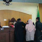 Jaksa penuntut umum menunjukkan bukti dokumen ke hadapan majelis hakim Pengadilan Tipikor pada Pengadilan Negeri Mataram, Senin, 30 September 2019 dalam pemeriksaan saksi untuk terdakwa mantan Kepala KCPS Bank NTB Dompu, A Hafid. (Suara NTB/why)