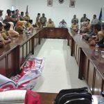 Bupati Dompu, H. Bambang M. Yasin saat menemui 256 CPNS KII yang menuntut penyerahan SK pengangkatan sebagai PNS, Senin, 24 Februari 2020. (Suara NTB/jun)