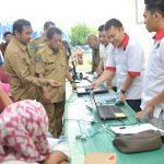 Sekda Sumbawa, H. Hasan Basri saat meninjau bursa tenaga kerja Penempatan Pekerja Migran Indonesia (PMI) melalui Sistem Penempatan Satu Kanal (SPSK) Ke Arab Saudi, Senin, 9 Maret 2020. (Suara NTB/ist)